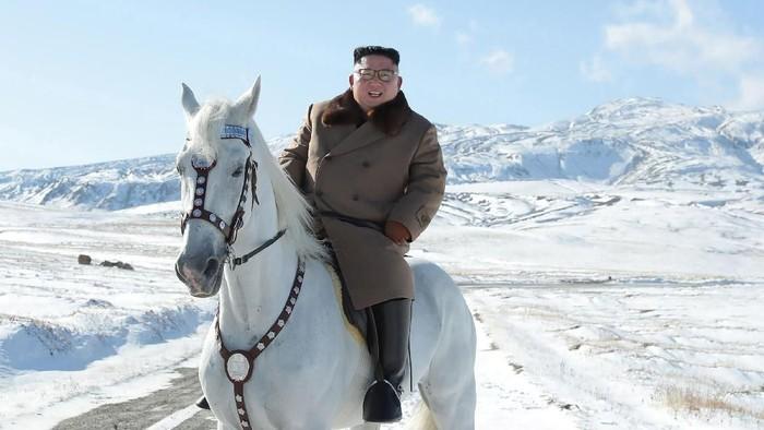 Kim Jong-Un menunggang kuda putih di Gunung Paektu (Korean Central News Agency/Korea News Service via AP)