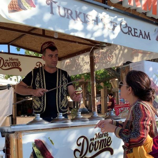 Tak lengkap bila ke Turki tidak mencicipi es krim di sana. (mayangsaritrihatmodjoreal/Instagram)