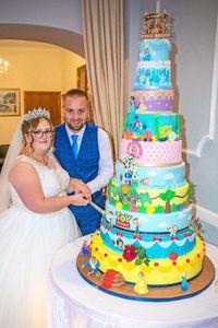 Warna Warni Pengantin Ini Suguhkan Kue Disney Setinggi 1 Meter