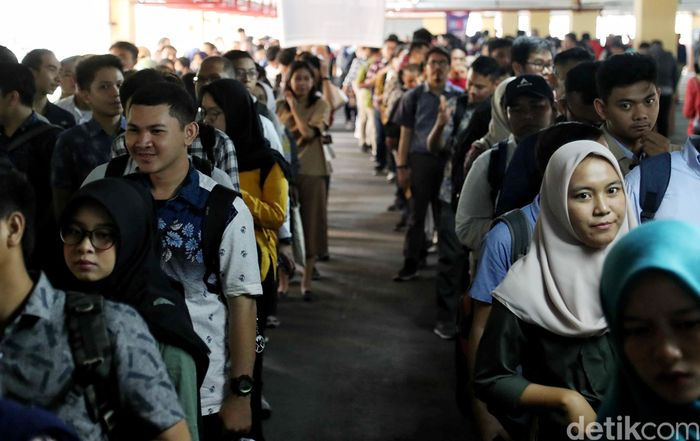 Begini penampakan antrean para milenial yang memadati bursa kerja di Indonesia Career Expo Jakarta.