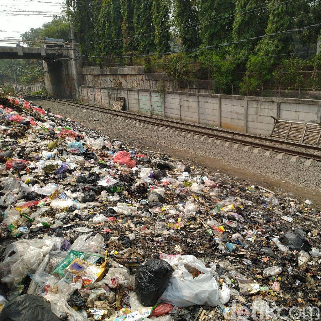 Warga Tak Yakin Pemkab Bogor Bakal Bersihkan Sampah di Samping Rel Citeureup
