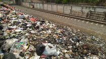 Warga Tak Yakin Pemkab Bogor Bakal Singkirkan Sampah di Samping Rel Citeureup