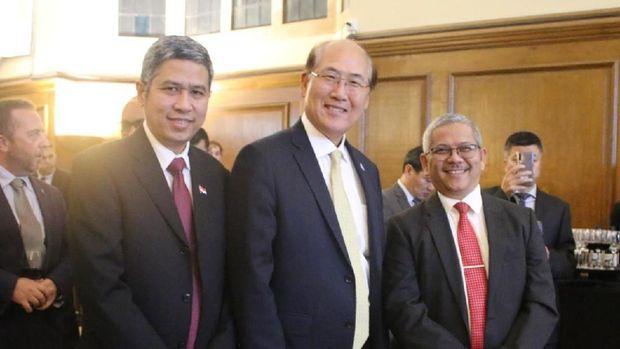 Dubes RI untuk Inggris Raya, Rizal Sukma (kanan) bersama Sekjen IMO Kitack Lim (tengah).