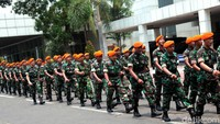 Tak hanya mobil polisi, sejumlah pasukan TNI pun turut ikut bersiaga mengamankan gedung DPR RI.