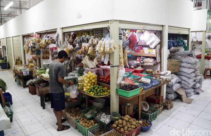 Seorang warga sedang membeli bahan makanan di salah satu kios yang berada di bawah Rusunawa Pasar Rumput, Jakarta, Rabu (16/10/2019).