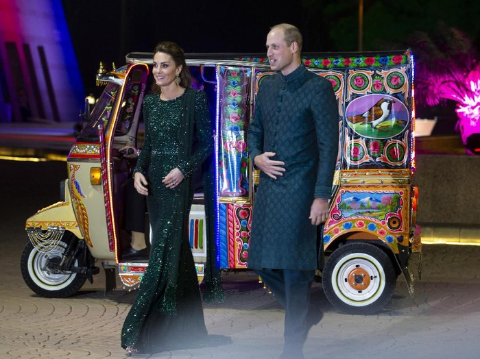 Kate Middleton dan Pangeran William naik bajaj di Pakistan. (Foto: AP Photo/B.K. Bangash)