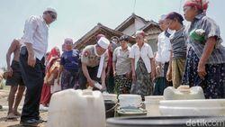 Krisis Air Bersih, Polisi Dropping Air Bersih ke Desa-desa di Probolinggo