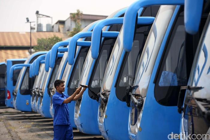 Ilustrasi armada bus TransJakarta. (Foto: Agung Pambudhy)