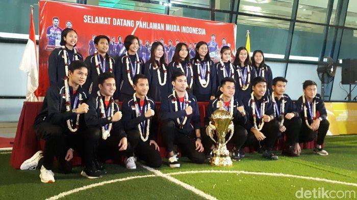 Tim bulutangkis Indonesia tiba di tanah air usai berjaya di Kejuaraan Dunia Bulutangkis Junior 2019 (Foto: Mercy Raya/detikSport)