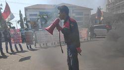 Massa Demo Tolak Pelantikan Jokowi Bakar Ban-Blokir Jalan di Makassar