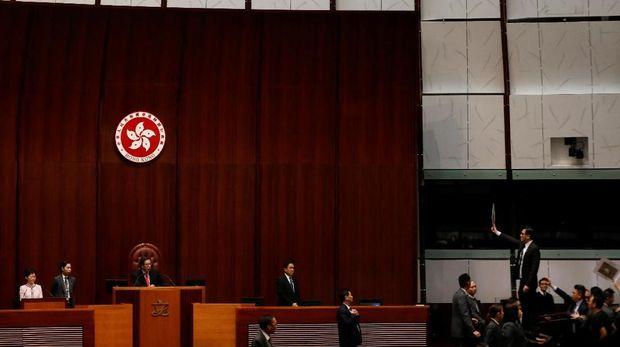 Carrie Lam berdiri di podium saat hendak menyampaikan pidato kenegaraan