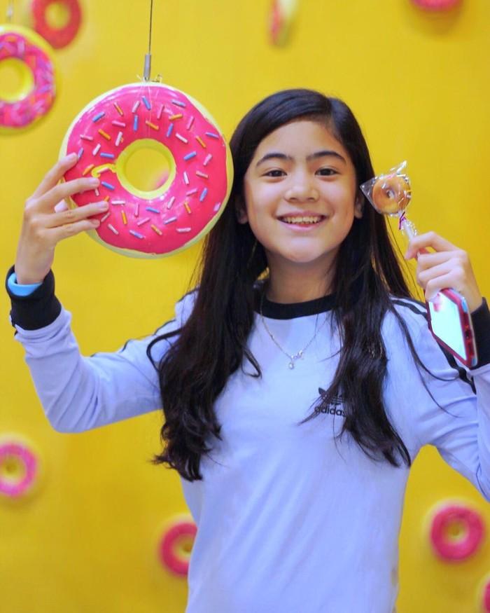 Meski baru berusia 13 tahun, Niana berhasil menjadi salah satu YouTuber sekaligus selebgram terkenal di dunia. Selain jago menari, ia juga hobi makan donat. Foto: Instagram @nianaguerrero