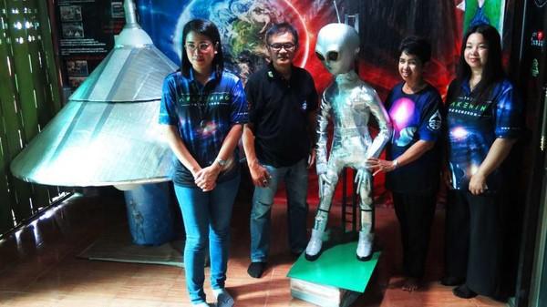 Wassana mengajarkan orang-orang yang ingin berkomunikasi dengan Alien. Dia mendapatkan ilmu untuk berkomunikasi dengan Alien dari ayahnya. (CNN Travel)
