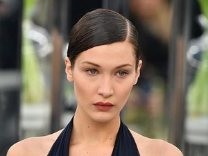 Bella Hadid Tampil Mempesona dengan Rambut Superpanjang