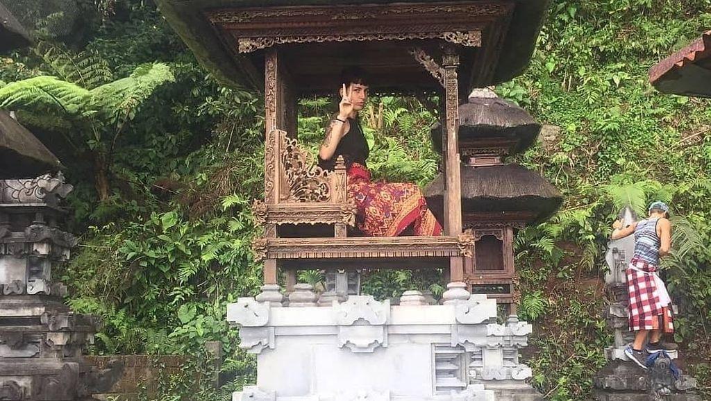 Viral Aksi Bule Duduk di Pelinggih, Dinilai Lecehkan Tempat Suci Bali