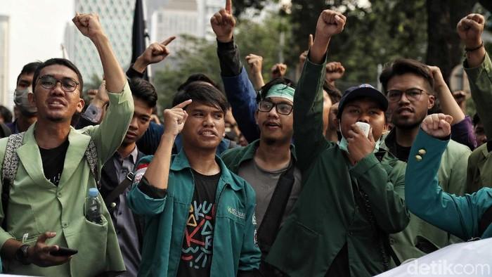 Massa Mahasiswa yang tergabung dalam BEM SI menggelar aksi demo di kawasan Jakarta Pusat. Dalam demo itu mereka mendesak Presiden Jokowi mengeluarkan Perppu KPK