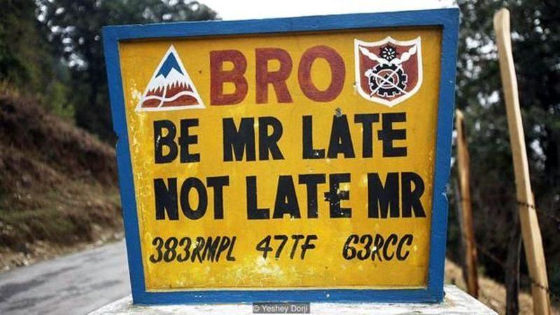 Bhutan memiliki sebuah proyek keselamatan lalu lintas yang didanai oleh India bernama Border Roads Organization (BRO). BRO masuk menjadi bagian Project Dantak di India. (Chris Dwyer/BBC)