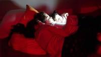 Seorang siswa Suriah berumur 17 tahun bernama Yasmin memotret tiga perempuan yang tengah menonton video bersama sebelum tidur. Ia menggambarkan keluarga. Istimewa/UNICEF/Maari.