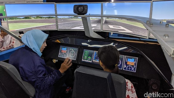 Mencoba simulator pesawat R80 (detikINET/Agus Tri Haryanto)