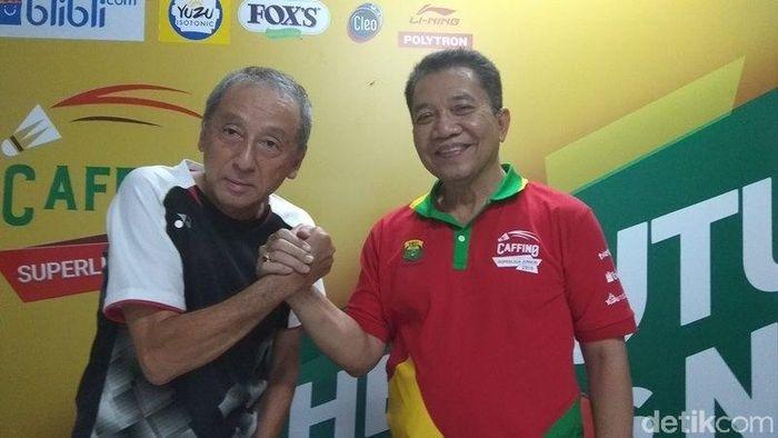 Sekjen PBSI Achmad Budiharto (kaus merah) bersama Director General Kumamoto Badminton Association Osami Mizuno. (Foto: Eko Susanto/detikSport)