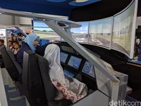 pengunjung jajal pesawat R80. (Foto: detikINET/Agus Tri Haryanto)