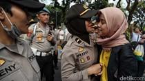 Pelukan Massa Mahasiswa dan Polwan Tutup Aksi Tagih Perppu KPK
