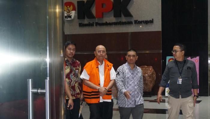 Wali Kota Medan Dzulmi Eldin saat digelandang KPK ke tahanan. (Ibnu Harianto/detikcom)