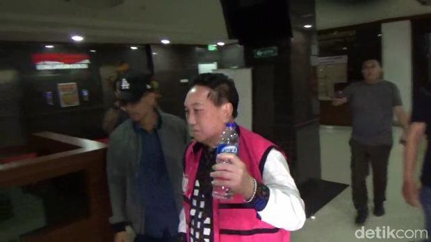 Buronan kasus korupsi sewa lahan di Makassar Sulsel, Soedirjo Aliman alias Jeng Tang dibawa ke kantor Kejati Sulsel