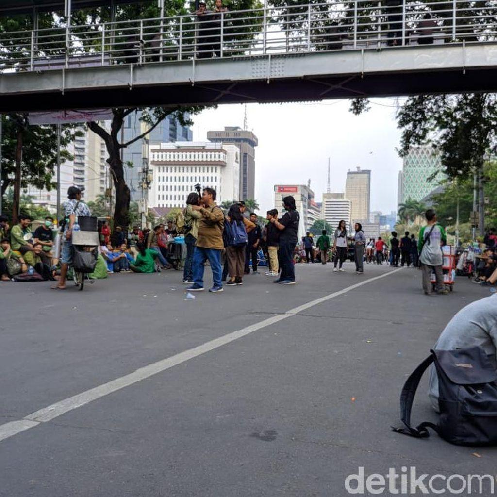 Akhiri Demonstrasi, Massa BEM SI Masih Berkumpul di Jalan Medan Merdeka Barat
