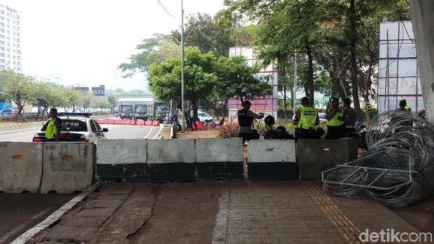 Lalin Ditutup, Polisi Berjaga di Depan DPR Antisipasi Demo