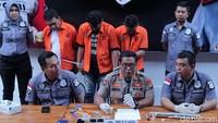 Kabid Humas Polda Metro Jaya Kombes Argo Yuwono menjelaskan barang bukti yang digunakan Amir Mirza Gumay dan rekan berupa 0,52 gram bruto, 1 buah alat hisap sabu, dan dua buah hp.