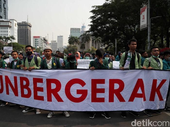 Massa BEM SI menggelar demo di kawasan Patung Kuda, Jakarta Pusat. Massa membentangkan spanduk Bergerak.