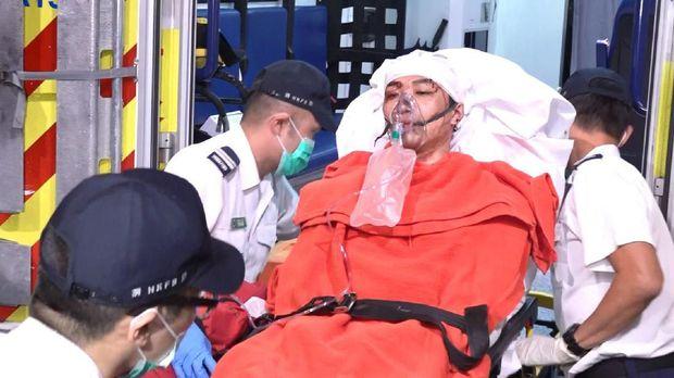 Jimmy Sham saat dibawa ke rumah sakit usai diserang sekelompok orang tak dikenal