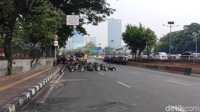 Polisi berjaga di Jalan Gatot Subroto area depan gedung DPR. (Farih/detikcom)