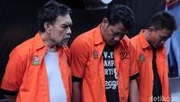 Amir dan dua rekannya ditangkap di tempat yang berbeda. Amir dan Budi ditangkap di wilayah Kalisari, Jakarta Timur. Sementara Trisna dibekuk di wilayah Duren Sawit, Jakarta Timur.