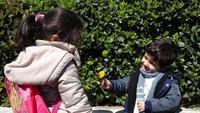 Yasmin juga memotret seorang anak laki-laki yang menawarkan bunga kepada seorang gadis di Istanbul untuk menggambarkan persahabatan. Istimewa/UNICEF/Maari.