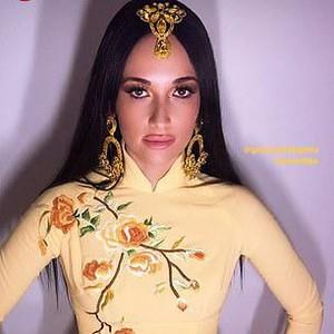 Penyanyi Ini Dihujat Karena Pakai Baju Tradisional Vietnam Tanpa Celana