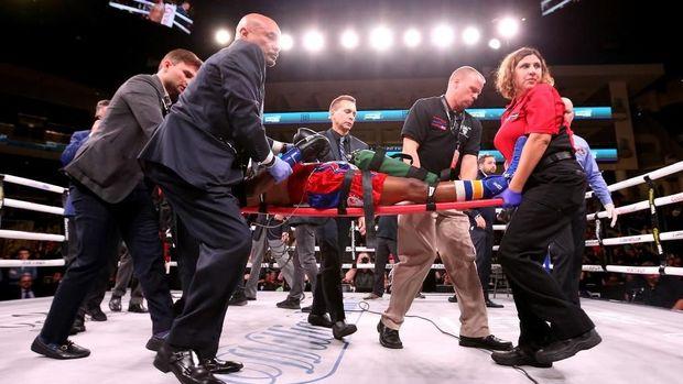 Patrick Day langsung ditandu keluar ring saat kalah KO di akhir pekan lalu.