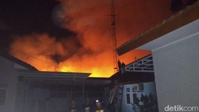 Pasar Mungkid, Blabak, Magelang terbakar, Kamis (17/10/2019) malam. Foto: Eko Susanto/detikcom