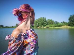 Berendam di Bath Bomb, Seorang Wanita Syok Rambutnya Jadi Pink Permanen