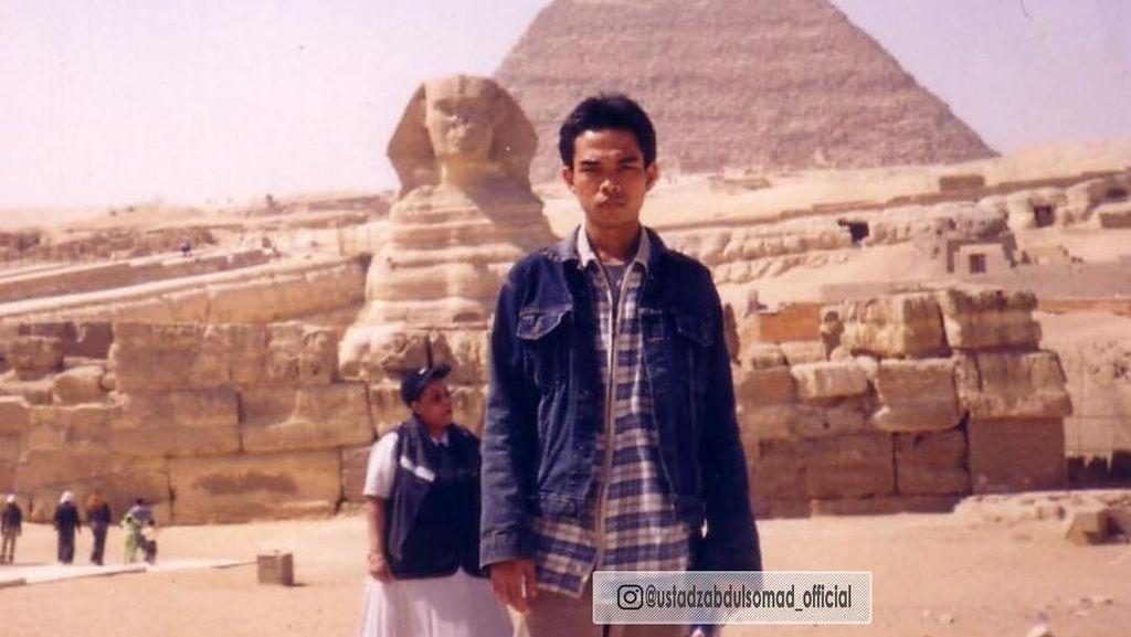 Gaya Lawas UAS di Depan Piramida