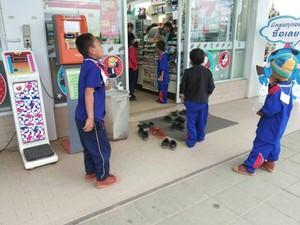 Viral! Aksi Polos Anak-anak Desa Lepas Sepatu Sebelum Masuk Mini Market