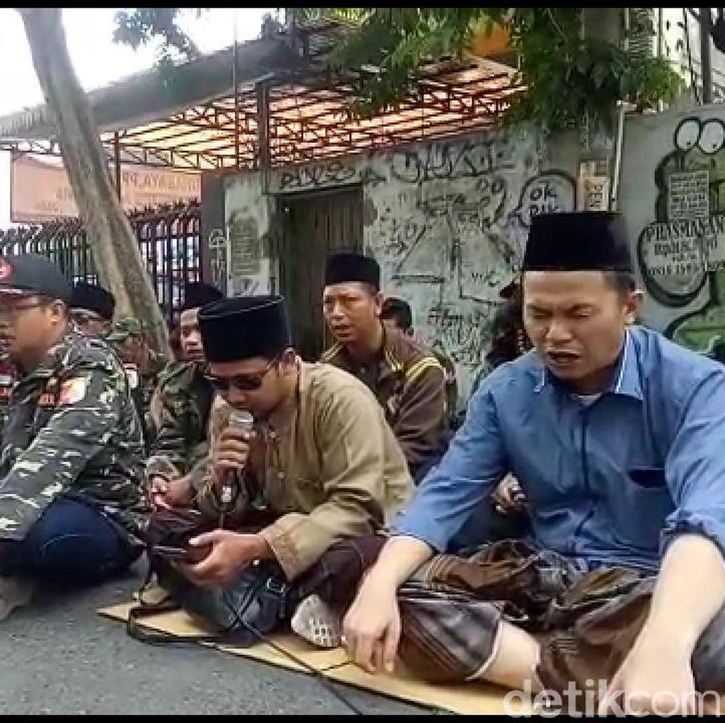 Sidang Ditunda, Kubu NU Sempat Istighosah dan Pendukung Gus Nur Orasi