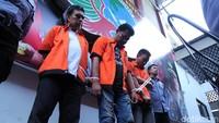 Amir, Budi, dan Trisna terus menunduk saat dihadirkan dalam rilis di Mapolda Metro Jaya.