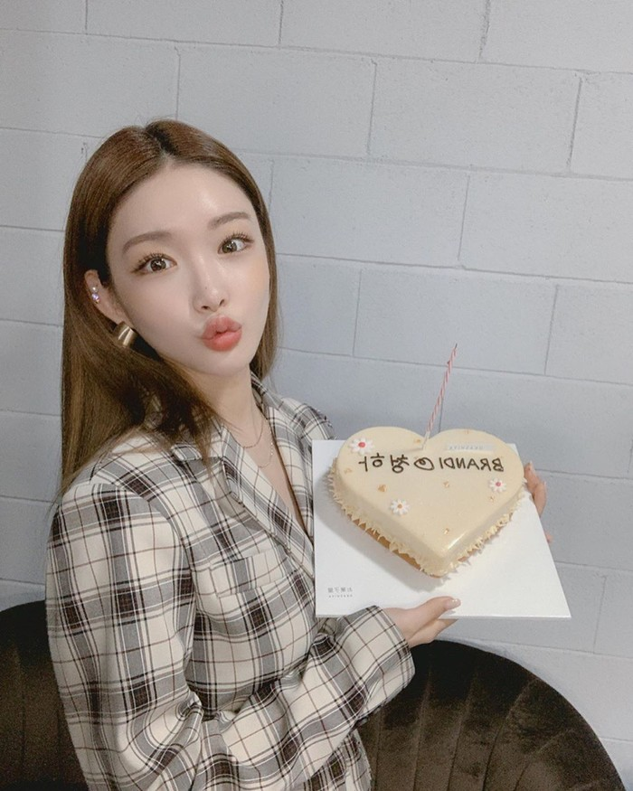 Chungha memulai karirnya pada tahun 2016, lewat ajang pencarian bakat Produce 101. Ia sempat tergabung dalam girlband I.O.I dan kini aktif bersolo karir. Foto: Instagram @chungha_official