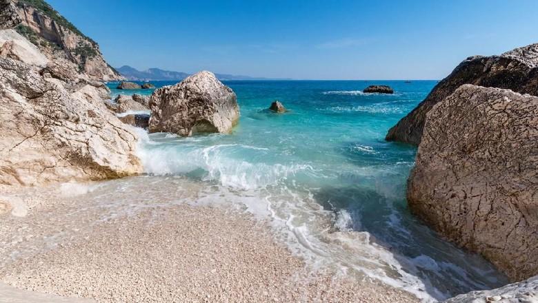 Jangan pakai Google Maps jika ingin menikmati keindahan pantai di Baunei, Kepulauan Sardinia. (Foto: Tomoland/iStock)