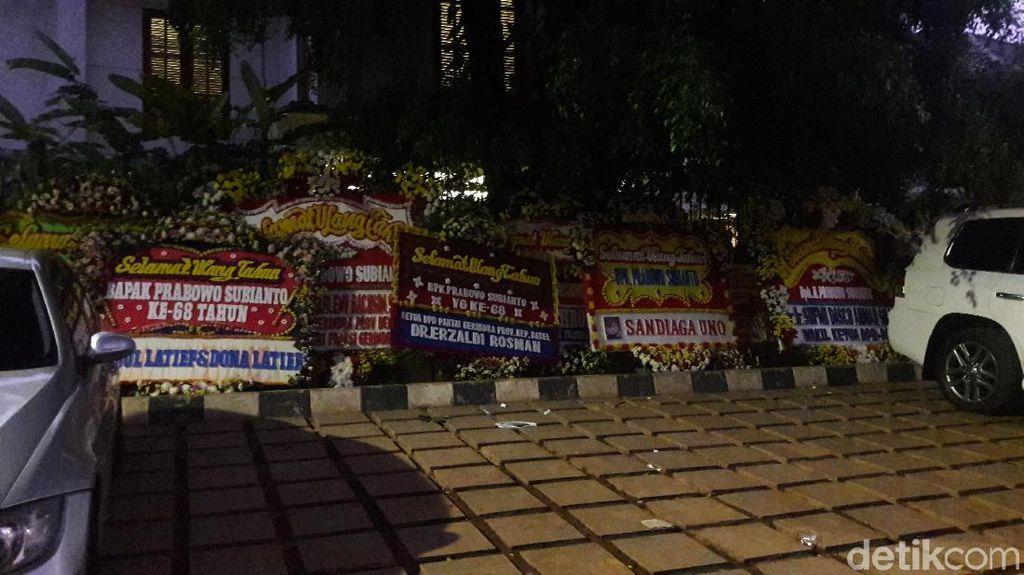 Karangan Bunga Selamat Ulang Tahun untuk Prabowo Berjejer di Kertanegara