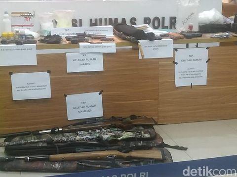 Senjata laras panjang dan barang bukti lain yang disita dari terduga teroris