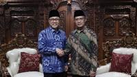 Ini momen saat Ketum PAN Zulkifli Hasan dan Ketum Muhammadiyah Haedar Nasir berjabat tangan saat silaturahmi.