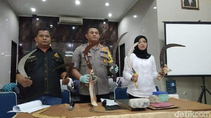 Foto: Polisi tunjukkan barang bukti tawuran (Wilda Hayatun Nufus/detikcom)